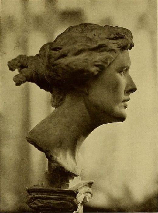 Фрина, бронзовый бюст работы Эмиля Фукса.